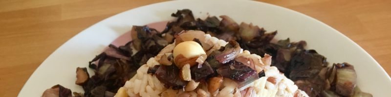 Mix di cereali con radicchio e nocciole